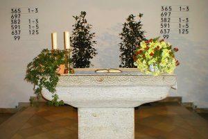 christuskirche innen altar 300x200 - Evangelische Christuskirche