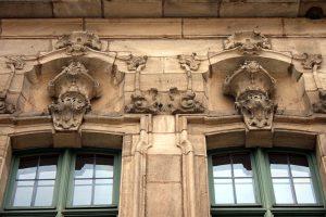rathaus aussen stilelemente 300x200 - Rathaus